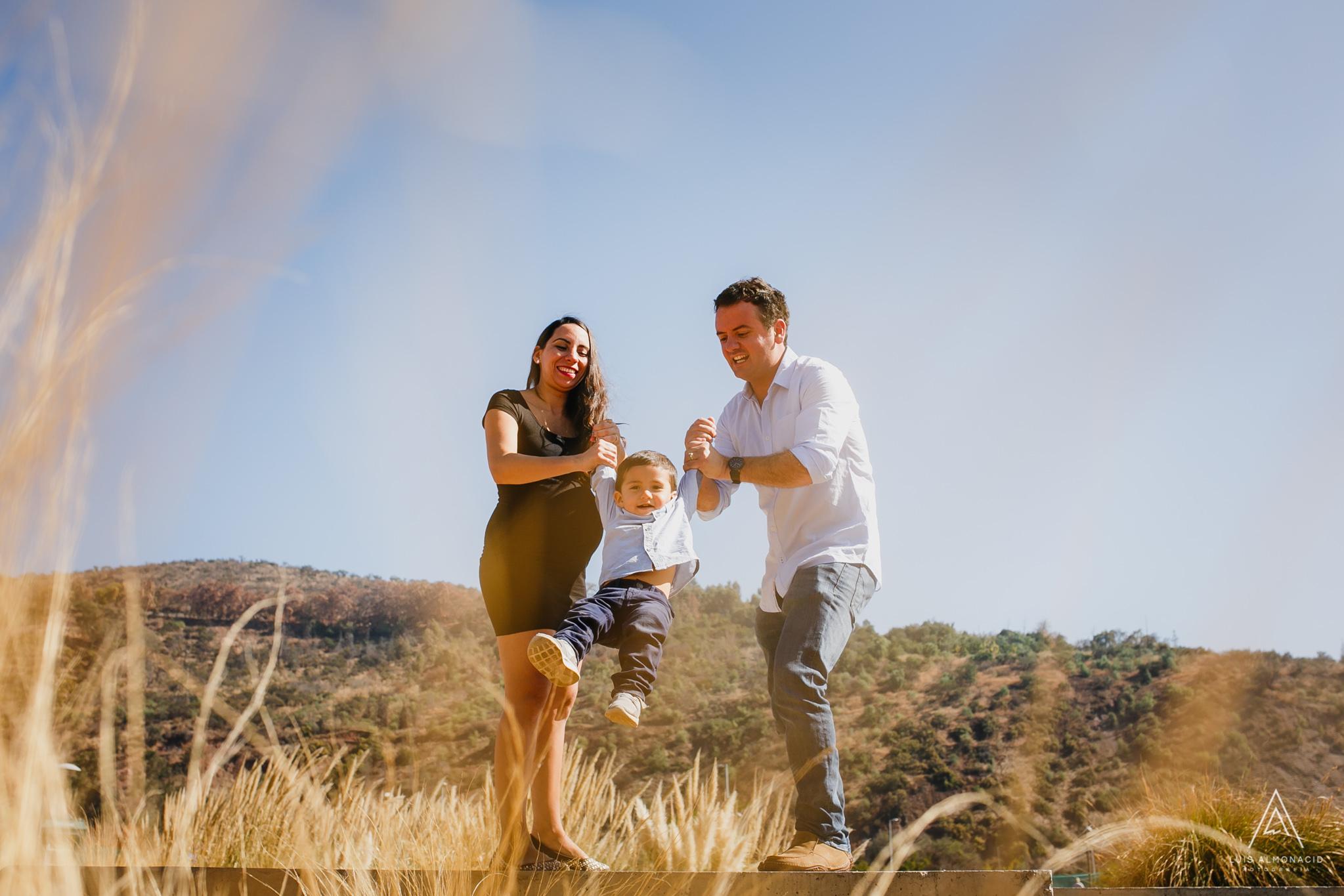 Foto-Sesion-embarazo-familiar-parque-bicentenario-vitacura